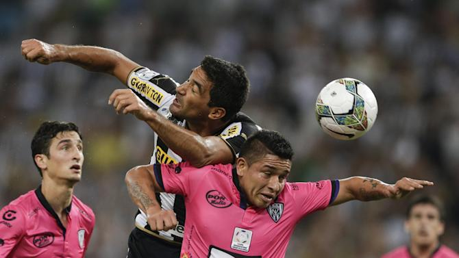 Juan Carlos Ferreyra of Brazil's Botafogo, left, fights for the ball with Mario Alberto Pineida of Ecuador's Independiente del Valle during a Copa Libertadores soccer match in Rio de Janeiro, Brazil, Tuesday, March 18, 2014
