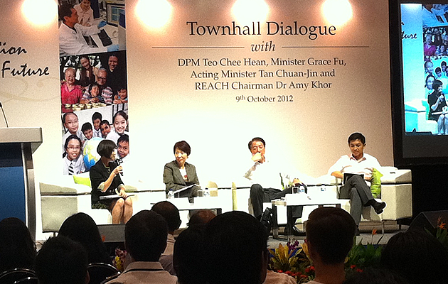 DPM Teo addresses issues on future population in Singapore at a townhall dialogue. (Yahoo! Singapore)