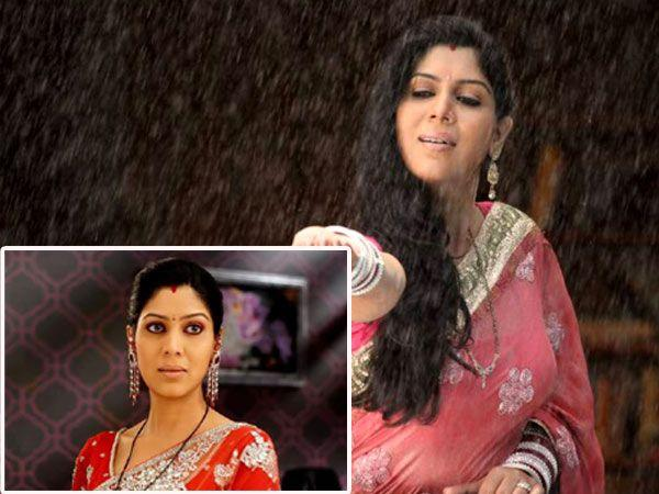Images via : iDiva.com Sakshi Tanwar (Priya) : Sakshi plays the protagonist in Bade Acche Lagte Hai along with Ram Kapoor. But what's with the bright red sari and pink sequined sari while at home?