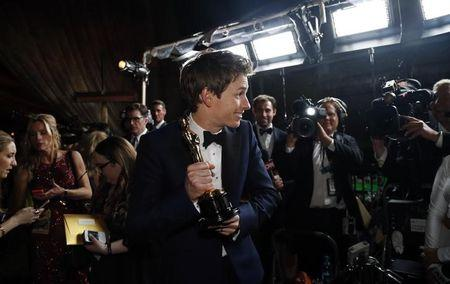 """Actor Redmayne poses with his Oscar for best actor for his role in """"The Theory of Everything"""" following the 87th Academy Awards in Hollywood"""