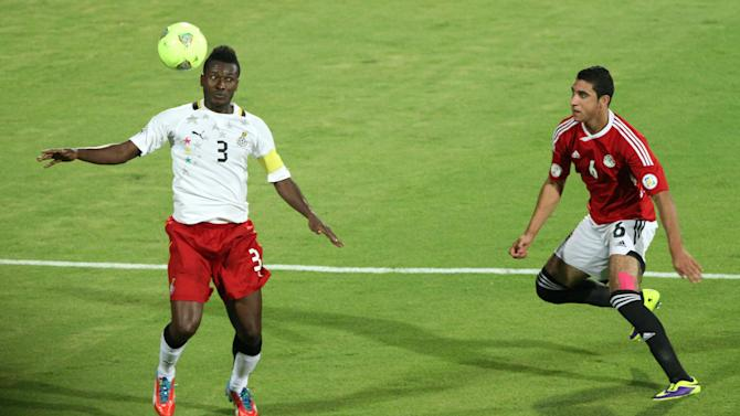 CARIO, Nov. 20, 2013 (Xinhua/IANS) -- Ghana's Asamoah Gyan (L) vies for the ball during their 2014 World Cup qualifying second leg playoff soccer match against Egypt in Cario, Egypt, on Nov. 19, 2013. Ghana won 2-1 and qualified for the final stage of 2014 World Cup. (Xinhua/Cai Yang)
