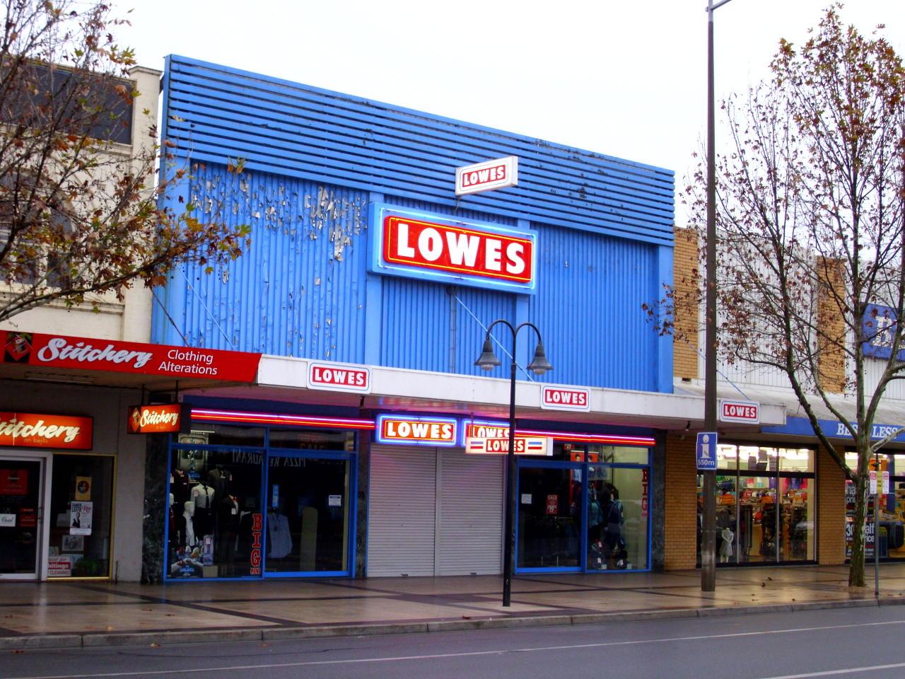 Lowe's es una cadena de productos del hogar y materiales de construcción. En Glassdoor, que le da un 3,3, busca comerciales o fontaneros sin exigir titulación universitaria. (Foto: Wikimedia Commons).
