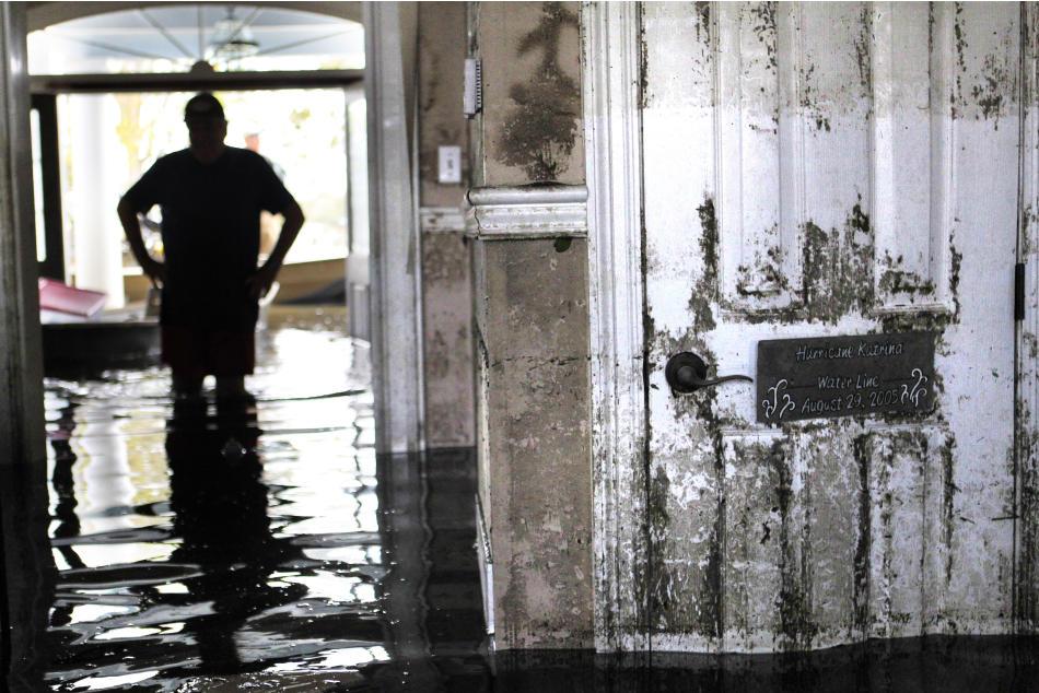 Don Duplantier mette piede nella sua casa allagata