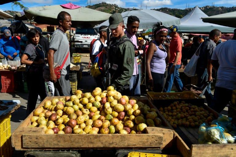 """Militares toman mercados de Venezuela en """"guerra"""" contra los precios"""