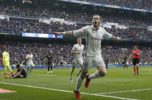 Ryan Giggs does not expect Gareth Bale to leave Real Madrid for Manchester United