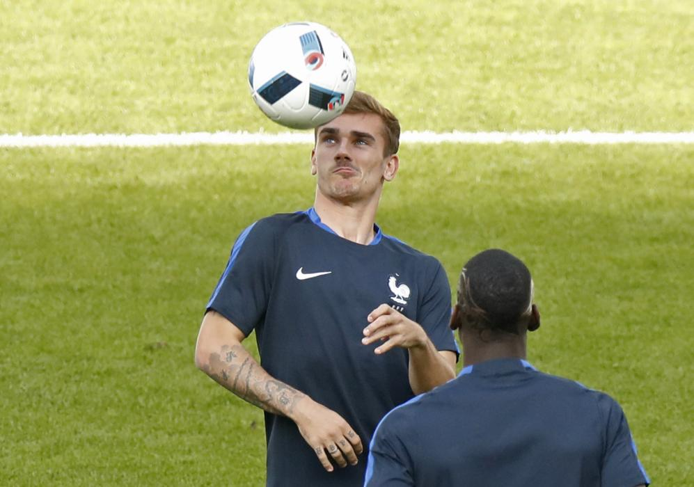 France's Antoine Griezmann and Paul Pogba during training