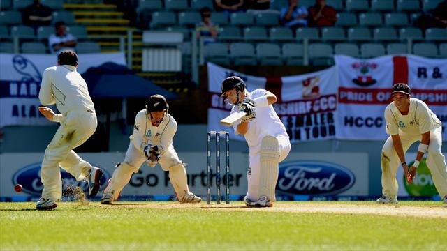 Cricket - Bell and Root keep New Zealand at bay