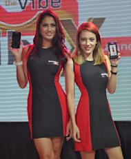 Models pose for the camera with the Lenovo Vibe X S960 smartphones.