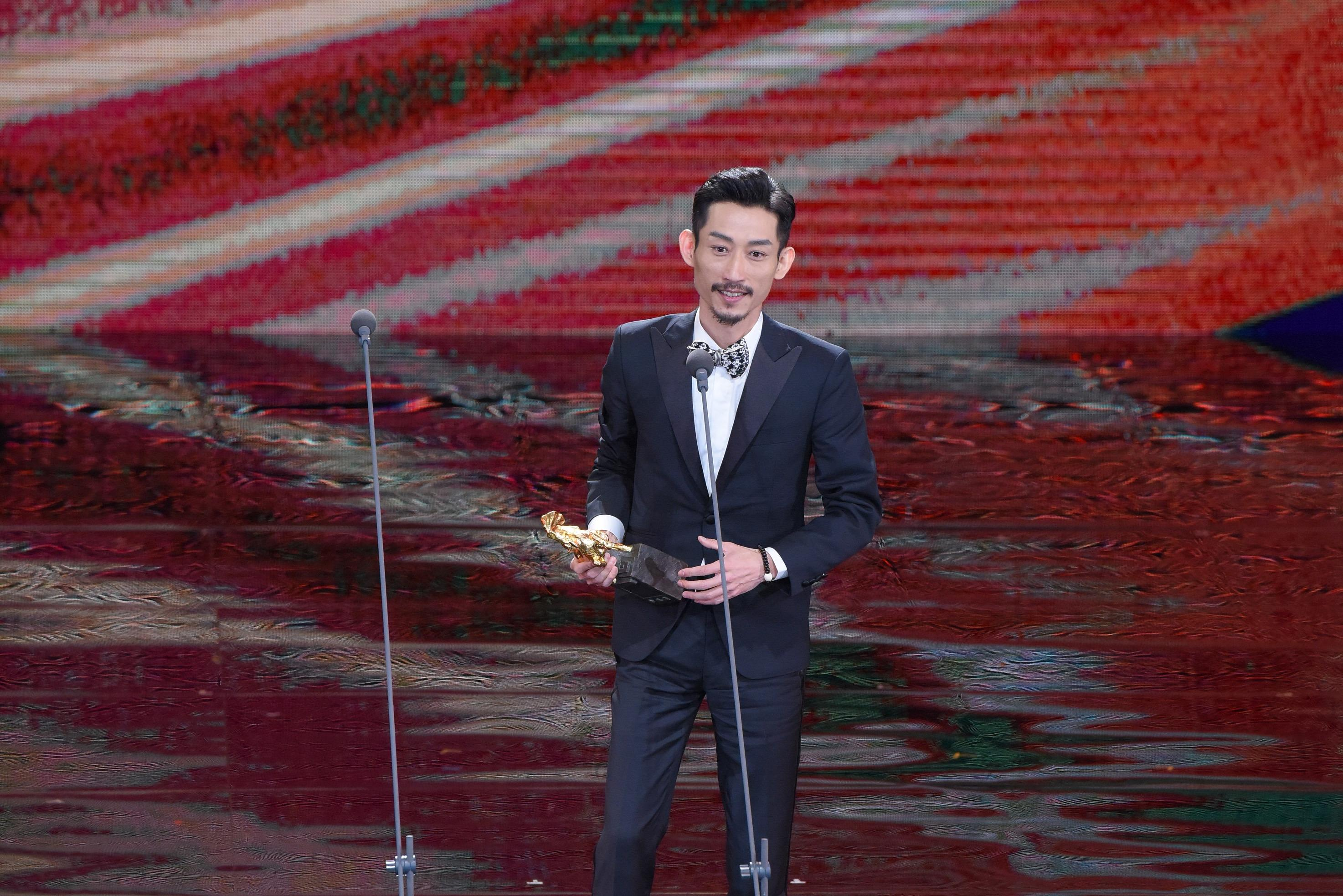 <p>第54屆金馬最佳男配角為《阿莉芙》陳竹昇,他激動上台從交好的林美秀手中領獎,還在台上對老婆深情告白「我愛你,沒有你,劇場的路不知道怎麼走。」(影像:金馬執委會提供) </p>