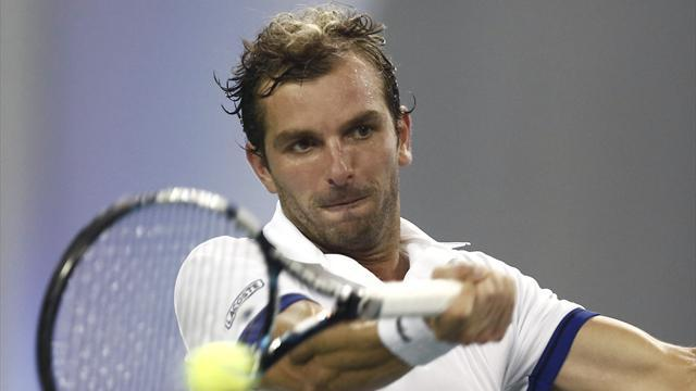 Tennis - Benneteau, Istomin progress to round two in Sydney