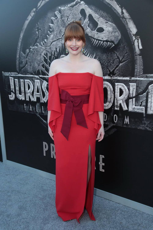 <p>以一襲紅色低肩禮服現身的布萊絲達拉斯霍華,這次片中雖然不再穿著高跟鞋,但她依然會在火山岩漿和茂密叢林之間出生入死。 </p>