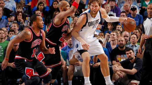 Basketball - Nowitzki guides Mavs past Bulls