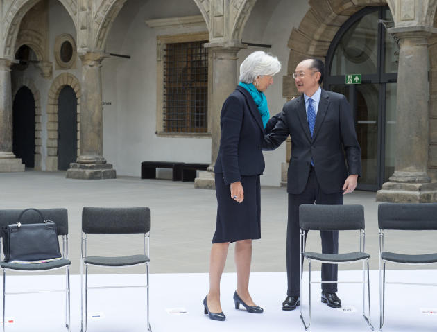 Jim Yong Kim, President of the World Bank Group, talks to Christine Lagarde, Managing Director of International Monetary Fund, IWF, prior to the group photo session during the G7 Finance Ministers mee