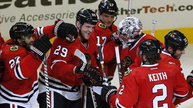 Ice Hockey - Blackhawks recover from late lapse to edge Canucks