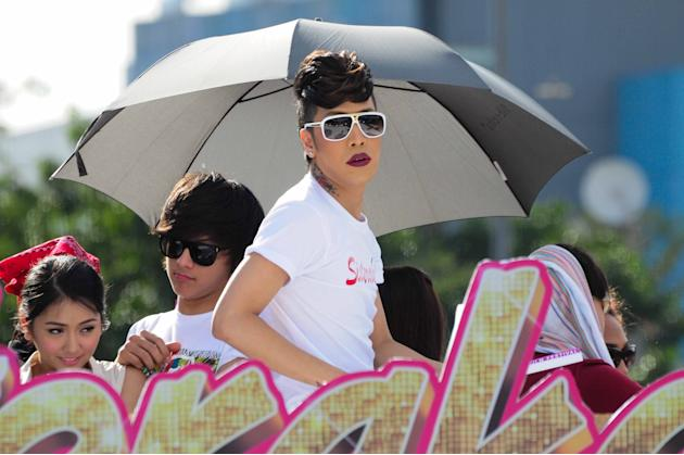 "Vice Ganda waves to the crowd as the float of the MMFF 2012 entry ""Sisterekas"" makes its way at the 2012 Metro Manila Film Festival Parade of Stars on 23 December 2012. (Angela Galia/NPPA images)"
