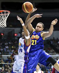Kelly Williams and Arwind Santos battle for the rebound. (PBA Images)