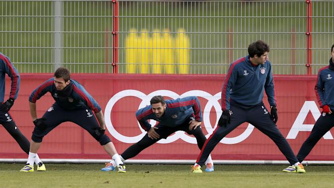 Bayern's Jan Kirchhoff, from left, Mario Mandzukic of Croatia, Claudio Pizarro of Peru, Javier Martinez of Spain and Bayern's Thiago Alcantara of Spain stretch during a last training session prior the Champions League group D soccer match between FC Bayern Munich and Manchester City, in Munich, southern Germany, Monday, Dec. 9, 2013. Munich will face Manchester Tuesday
