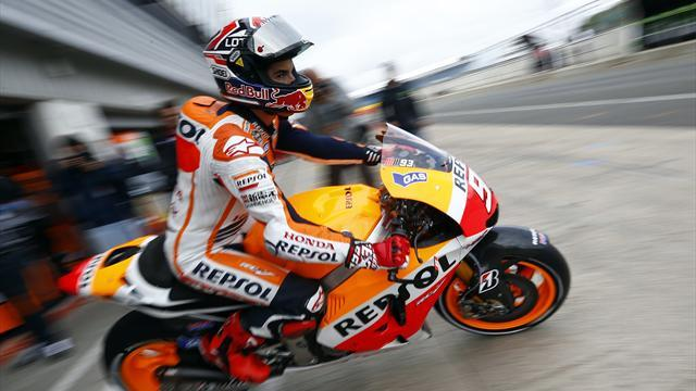 Motorcycling - Marquez edges Lorenzo at Silverstone
