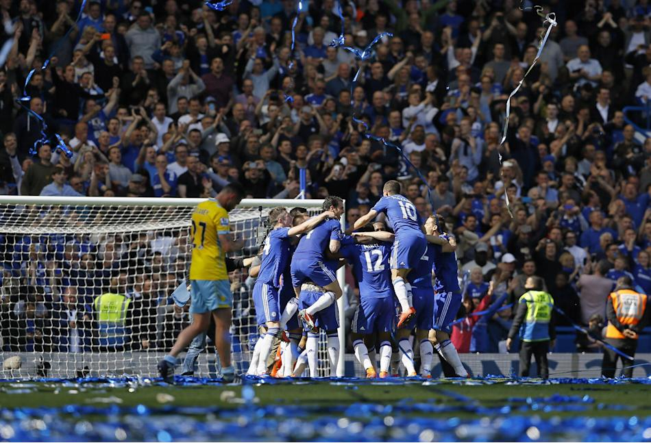 Chelsea players celebrate after the English Premier League soccer match between Chelsea and Crystal Palace at Stamford Bridge stadium in London, Sunday, May 3, 2015.  Chelsea won the match 1-0 to secu