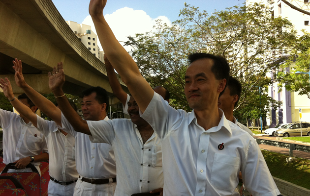 PAP candidate Koh Poh Koon thanks his supporters on a thank-you parade. (Yahoo! photo)