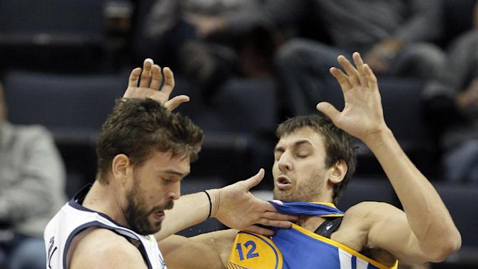Golden State Warriors' Andrew Bogut (12) , of Australia, defends against Memphis Grizzlies' Marc Gasol, of Spain, left, in the first half of an NBA basketball game in Memphis, Tenn., Saturday, Nov. 9, 2013