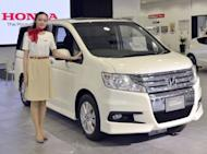 Japan automaker Honda Motor has said its net profit for the fiscal year to March plunged 60.4 percent from the previous year due to Japan's quake-tsunami disaster, flooding in Thailand and the strong yen