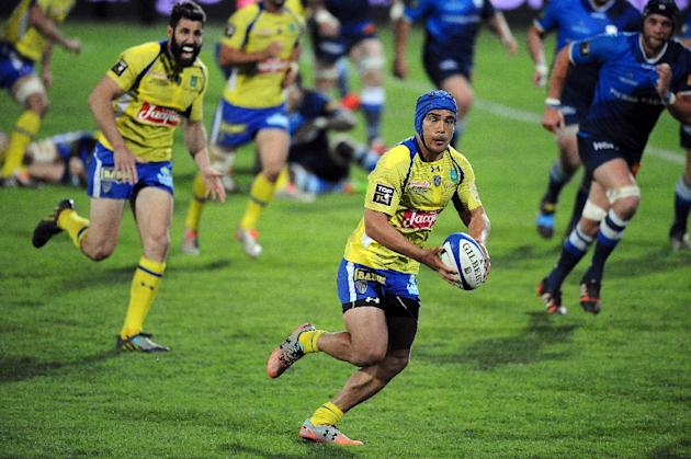 Clermont's center Benson Stanley (C) runs with the ball during the French Top 14 rugby union match Castres Olympique vs Clermont Auvergne in Castres on April 25, 2015