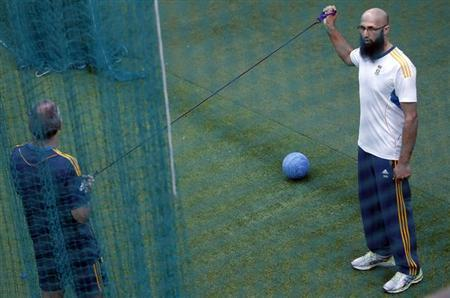 South Africa's Hashim Amla (R) stretches during a practice session ahead of their first One Day International (ODI) cricket match with Sri Lanka in Colombo July 18, 2013. REUTERS/Dinuka Liyanawatte/Files