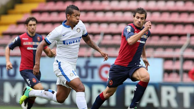 Inter's Fredy Guarin, left, and Cagliari's Daniele Dessena, run for the ball during the Serie A soccer match between Cagliari and Inter, at the Nereo Rocco Stadium in Trieste, Italy, Sunday, Sept. 29, 2013