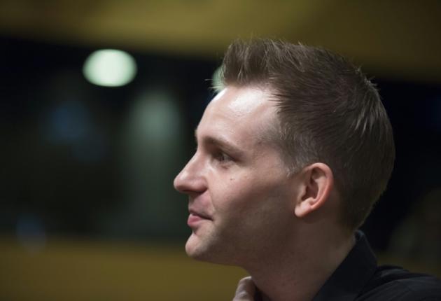 El ciudadano austríaco Max Schrems, estudiante de jurídicas, esperando el veredicto sobre el acuerdo EEUU-UE de transferencia de datos en el Tribunal de Justicia europeo, en Luxemburgo, el 6 de octubre de 2015