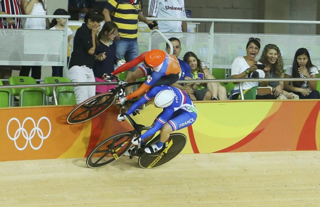 Rio 2016: Track cyclist takes evasive action