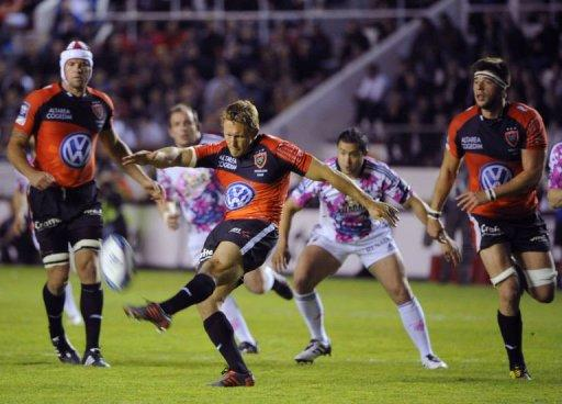 Toulon's fly-half Jonny Wilkinson kicks and scores