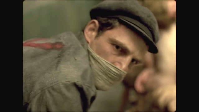 <p>七、《索爾之子》:獲得坎城影展評審團大獎,並同時摘下奧斯卡與金球獎最佳外語片的匈牙利電影《索爾之子》中,導演同樣捨棄了一般的寬幅畫面比例,而採用了較為壓迫的1.33:1比例。導演表示,採用這種比例是為了讓觀眾可以聚焦在男主角臉上,並且不打算在背景透露更多訊息。這部以集中營的毒殺任務為主題的電影中,導演更透過聲音與音效的安排,並結合了男主角臉部表情,提供觀眾想像空間,好減低畫面上的殘忍血腥,也讓這部電影得以引起更多共鳴。(圖/官方劇照) </p>
