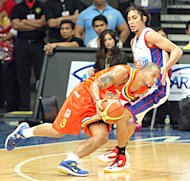 Sol Mercado drives against Alex Mallari. (PBA Images)