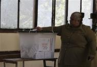 A voter casts her ballot in the final stage of a referendum on Egypt's new constitution in Cairo, January 15, 2014. REUTERS/Mohamed Abd El Ghany