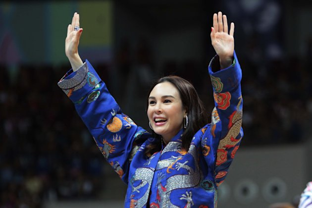 "Gretchen Barretto greets the crowd during Princess and I's ""The Royal Championship"" basketball game between Team Jao and Team Gino held at the Mall of Asia Arena in Pasay city, south of Manila on 20 January 2012."