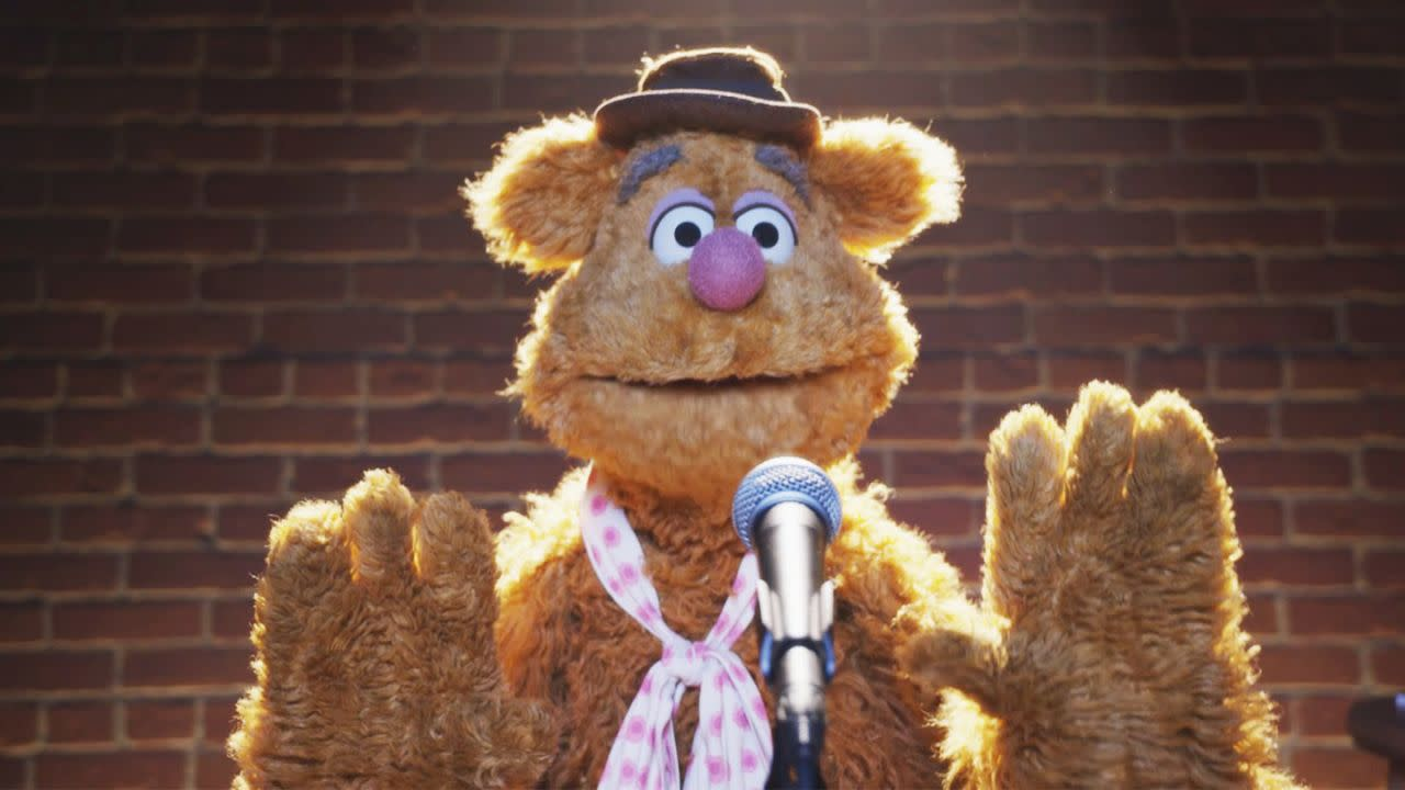 <p>《布偶歷險記》福滋熊:「(福滋)熊左轉」、「(科米)蛙右轉」,除了福滋熊之外,還有哪隻動物能吐出這種如珠妙語?福滋熊也同時證明了,不是只有柏靈頓和瑜珈熊才適合戴帽子。(圖:Disney) </p>