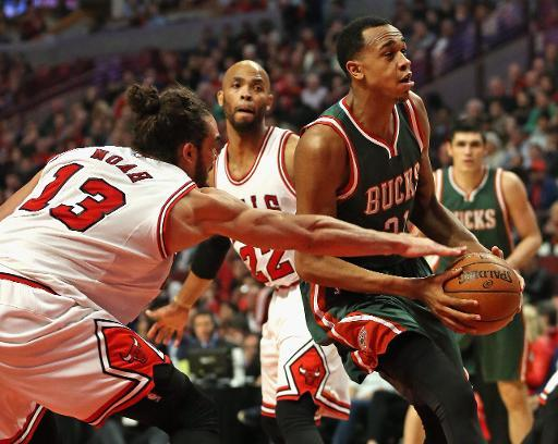 Joakim Noah (I), de Chicago Bulls, intenta cortar la acción ofensiva de Khris Middleton, de los Milwaukee Bucks, en partido de los playoffs en la Conferencia Este de la NBA, el 27 de abril de 2015
