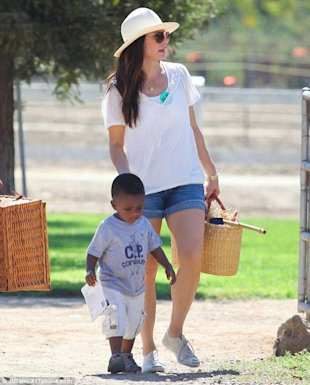 Sandra Bullock y su chico Louis via Daily Mail