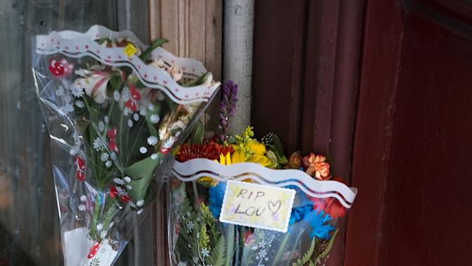 Fans Pay Tribute To Lou Reed At The Hotel Chelsea