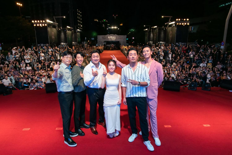 <p>影人一上舞台,就迫不及待跟現場粉絲打招呼,紛紛表示很高興第一集《與神同行》在台灣受到廣大的歡迎,希望大家也能繼續支持即將上映的《與神同行:最終審判》。 </p>