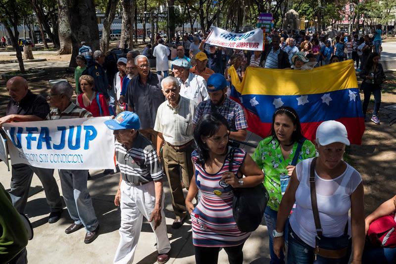 Adultos mayores participan durante una manifestación hoy, martes 11 de septiembre del 2018, en Caracas (Venezuela). EFE