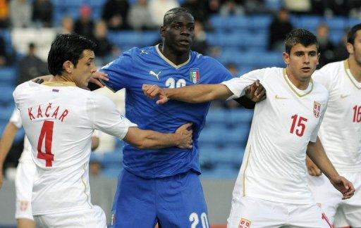 Balotelli (centre) has threatened to walk off the pitch if he is jeered during the tournament