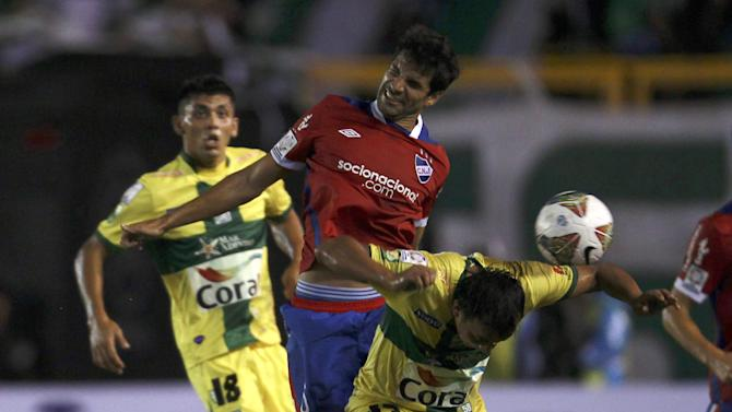 Yasmani Duk Bolivia's Oriente Petrolero, left, looks on as his teammate Wilder Zabala, right, fights for the ball with Juan Manuel Diaz of Uruguay's Nacional during a Copa Libertadores soccer match in Santa Cruz, Bolivia, Tuesday, Jan. 28, 2014