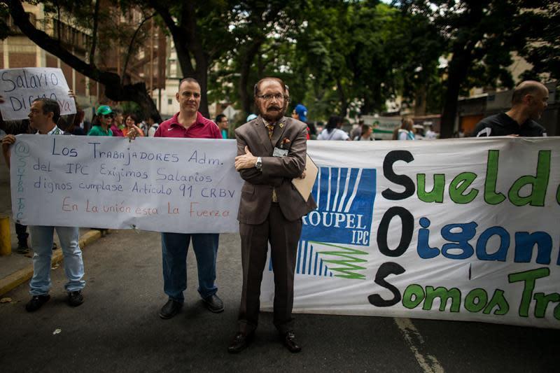 Trabajadores de La Universidad Pedagógica Experimental Libertador (UPEL) protestan para exigir mejoras salariales hoy, martes 10 de julio de 2018, en Caracas (Venezuela). EFE