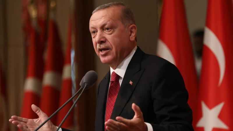 Turchia, la lira affonda ai minimi storici. Erdogan rassicura il Paese, ma i mercati tremano
