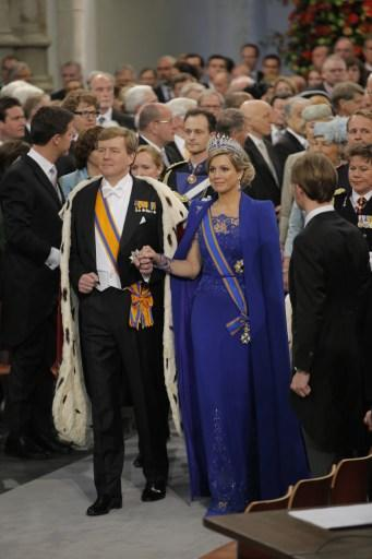 King Willem-Alexander of the Netherlands leaves with his wife Queen Maxima the Nieuwe Kerk (New Church) in Amsterdam on April 30, 2013 following his inauguration.     AFP PHOTO / POOL/PETER DEJONG