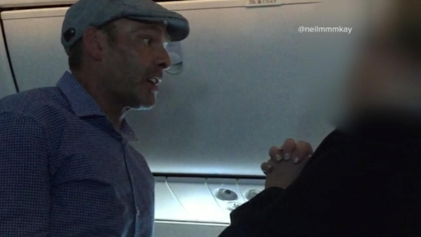 Good Morning America United Airlines : Mid air meltdown between flight attendants and passenger
