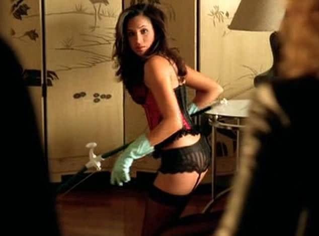 <p>七、「CSI犯罪現場:紐約」CSI: NY,2008:梅根馬克爾在劇中飾演一位叫薇若妮卡佩瑞茲的女僕,專門穿上性感內衣來為生意人清理打掃。等到她嫁入溫莎家之後,恐怕就不可能再演出這些角色了。 </p>