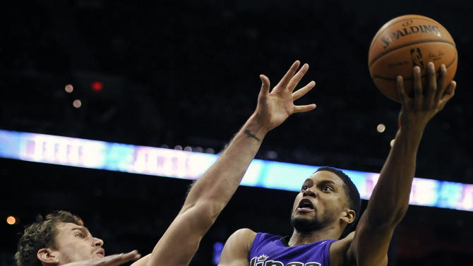 Spurs rally past Kings 95-93 to end 3-game skid